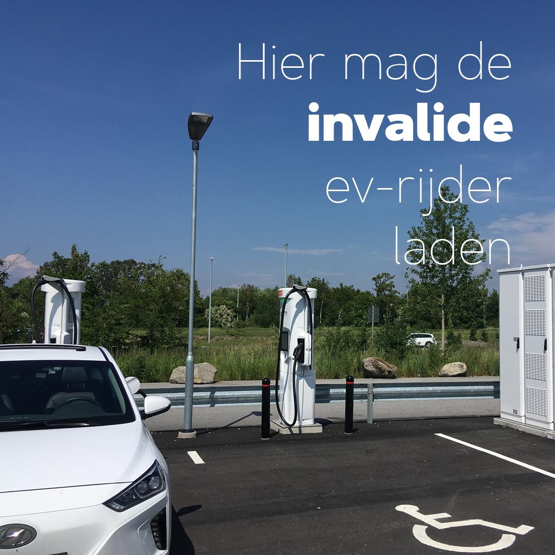 De Invalide EV-rijder mag hier laden
